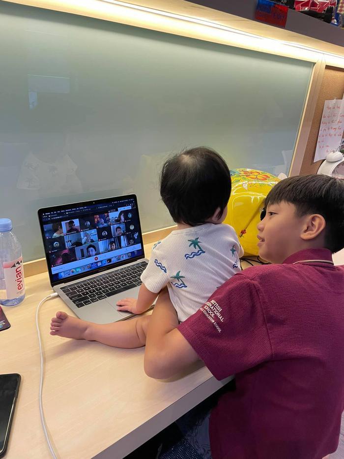 'Lịm tim' trước khoảnh khắc bé Subeo dù bận học online vẫn tranh thủ chăm em gái Suchin Ảnh 3