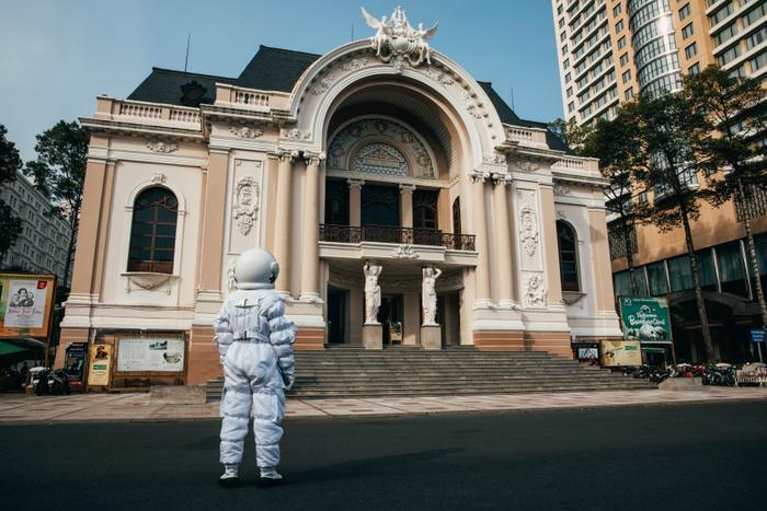 Thanh Duy tung bộ ảnh phi hành gia check-in khắp Sài Gòn đầy độc lạ Ảnh 2