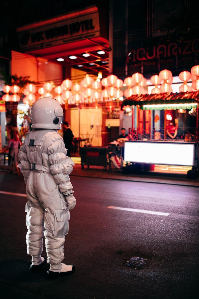 Thanh Duy tung bộ ảnh phi hành gia check-in khắp Sài Gòn đầy độc lạ Ảnh 4
