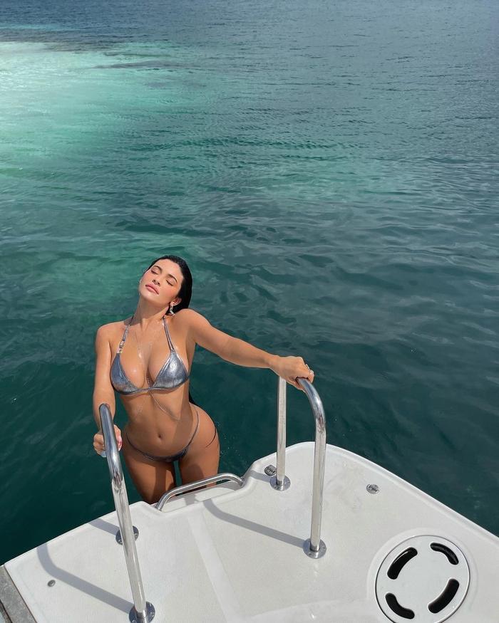 Kylie Jenner ngoi lên từ mặt nước, diện bikini óng ánh tuyệt đẹp khoe vòng 1 'nức nở' Ảnh 2