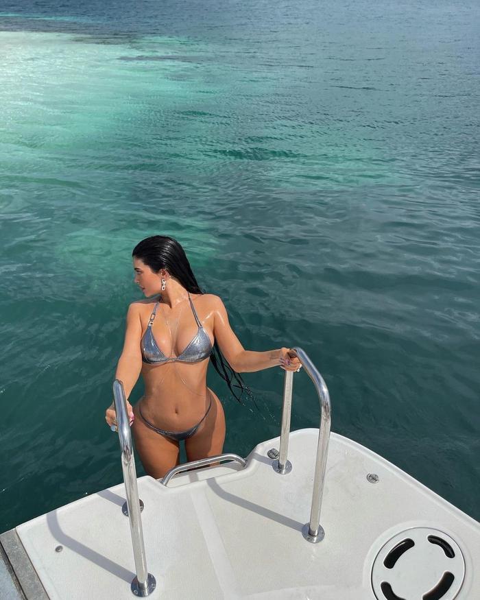 Kylie Jenner ngoi lên từ mặt nước, diện bikini óng ánh tuyệt đẹp khoe vòng 1 'nức nở' Ảnh 3
