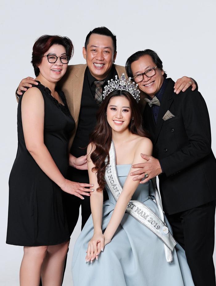 Hoa hậu Khánh Vân oà khóc khi thấy lời chúc từ ba mẹ, cô gái đã làm tốt lắm rồi, giờ về nhà thôi! Ảnh 2