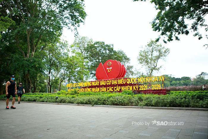 Ảnh: Đường phố Hà Nội rợp sắc cờ hoa, sẵn sàng chào đón ngày bầu cử, ngày hội toàn dân Ảnh 11