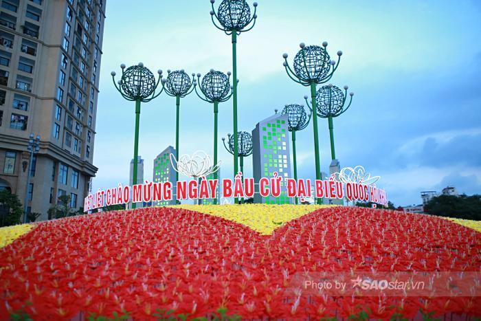 Ảnh: Đường phố Hà Nội rợp sắc cờ hoa, sẵn sàng chào đón ngày bầu cử, ngày hội toàn dân Ảnh 14
