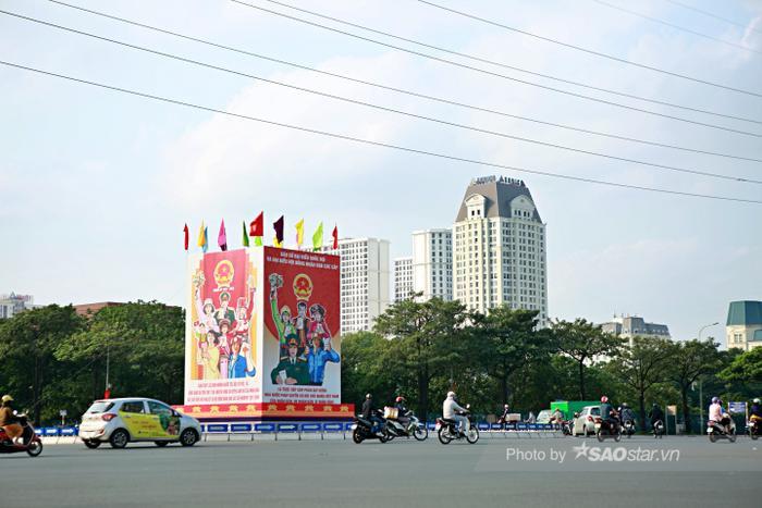 Ảnh: Đường phố Hà Nội rợp sắc cờ hoa, sẵn sàng chào đón ngày bầu cử, ngày hội toàn dân Ảnh 5