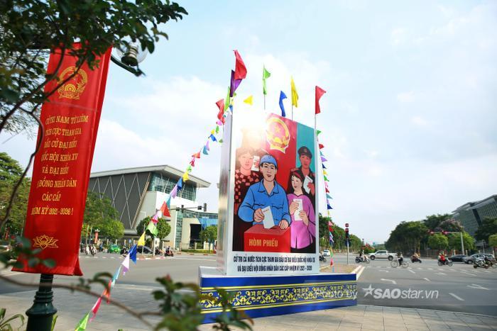 Ảnh: Đường phố Hà Nội rợp sắc cờ hoa, sẵn sàng chào đón ngày bầu cử, ngày hội toàn dân Ảnh 2