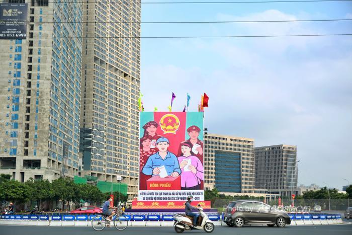 Ảnh: Đường phố Hà Nội rợp sắc cờ hoa, sẵn sàng chào đón ngày bầu cử, ngày hội toàn dân Ảnh 4