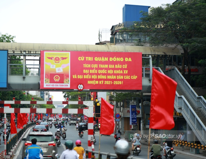 Ảnh: Đường phố Hà Nội rợp sắc cờ hoa, sẵn sàng chào đón ngày bầu cử, ngày hội toàn dân Ảnh 8