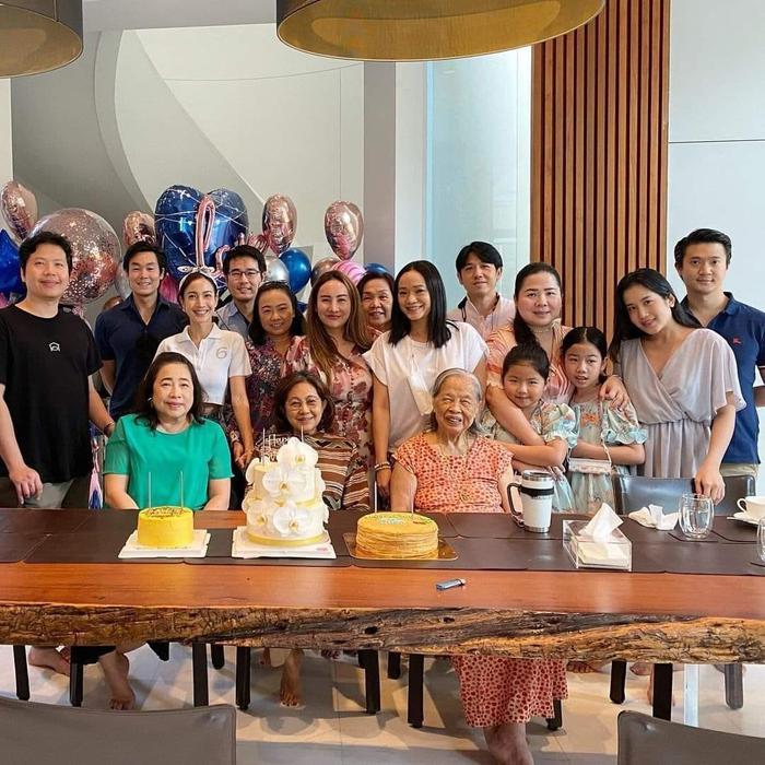 Taew Natapohn hứng 'cơn mưa' gạch đá khi tổ chức tiệc sinh nhật đông người khi dịch bệnh đang căng thẳng Ảnh 5