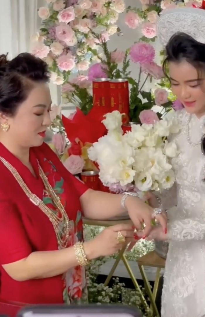 Bà Phương Hằng bị con dâu 'dằn mặt' về sự giàu có: Show cận cảnh xế hộp, nhẫn hột xoàn to như 'hột nhãn' Ảnh 6