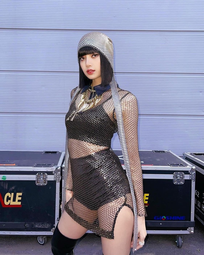 Lisa Black Pink diện áo xuyên thấu soi rọi body nóng bỏng, viral khắp mạng xã hội Ảnh 1