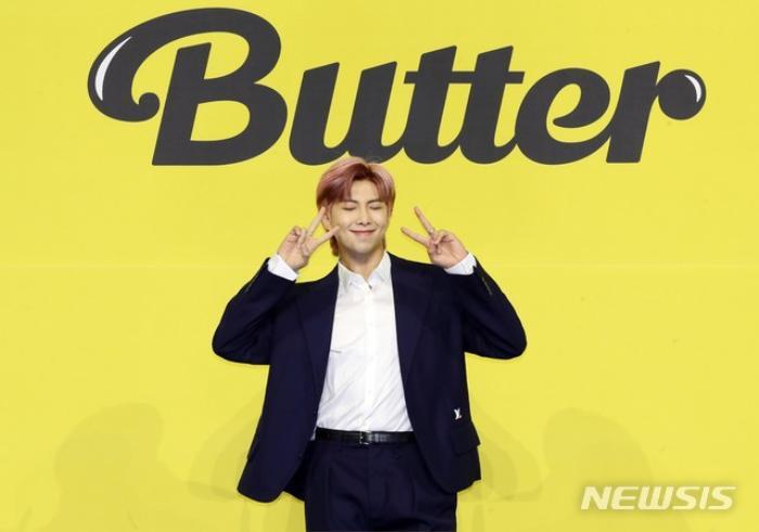 Ngắm nhìn loạt khoảnh khắc BTS 'thật là vàng tươi' trong họp báo comeback Butter Ảnh 39