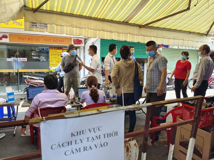 Phong tỏa tạm thời một phần chợ Phú Nhuận vì liên quan ca nghi mắc COVID-19 Ảnh 1