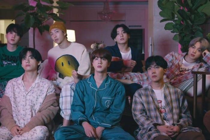 MV mới của BTS vừa ra mắt đã xô đổ kỷ lục thế giới của 'người anh em' Life Goes On Ảnh 1