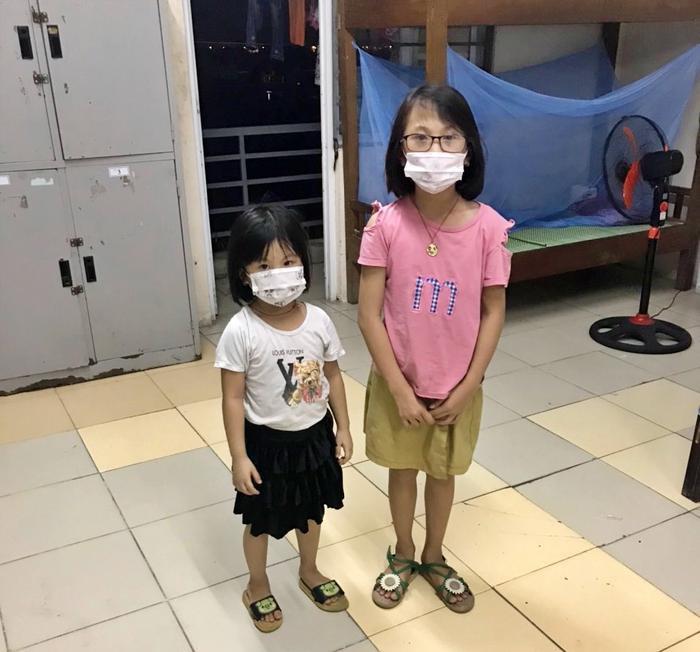 Bố mắc Covid-19 vừa qua đời, 2 con gái nhỏ ngơ ngác bám víu vào nhau trong khu cách ly ở Bắc Ninh Ảnh 2
