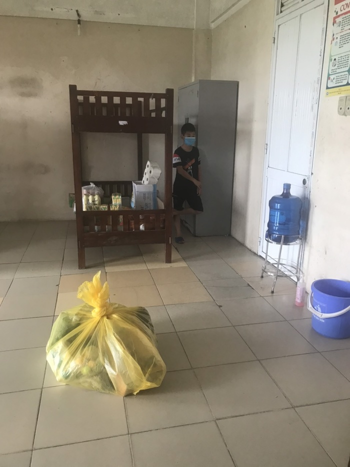 Bố mắc Covid-19 vừa qua đời, 2 con gái nhỏ ngơ ngác bám víu vào nhau trong khu cách ly ở Bắc Ninh Ảnh 3