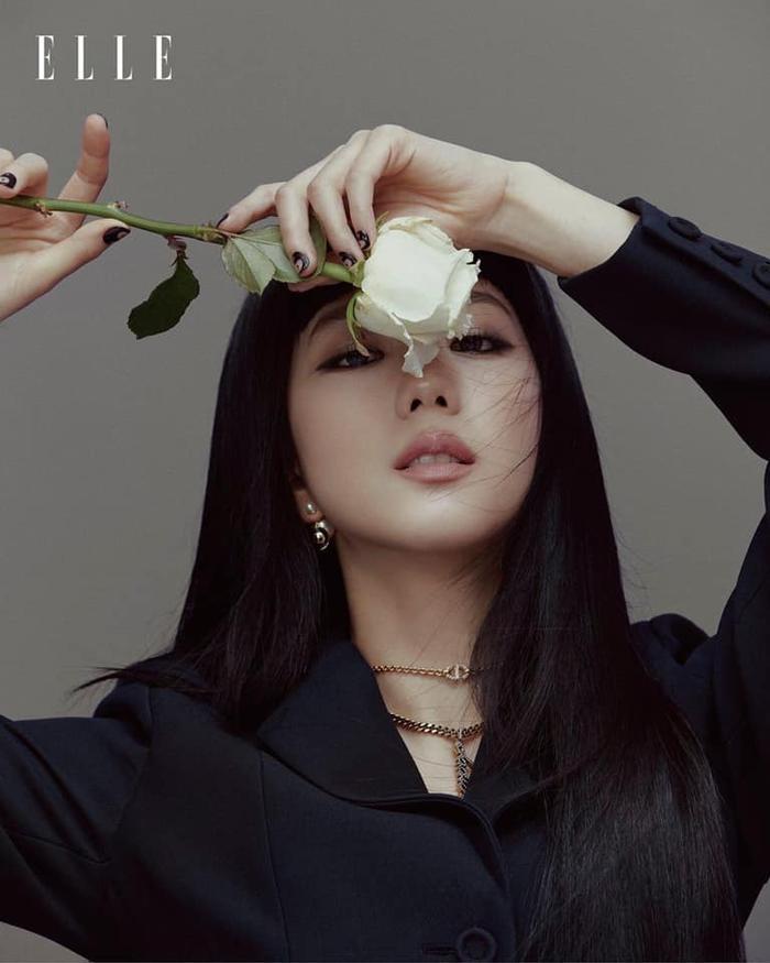 Jisoo Black Pink cắt mái ngố, mang visual cực lạ trên bìa Elle Hong Kong Ảnh 3