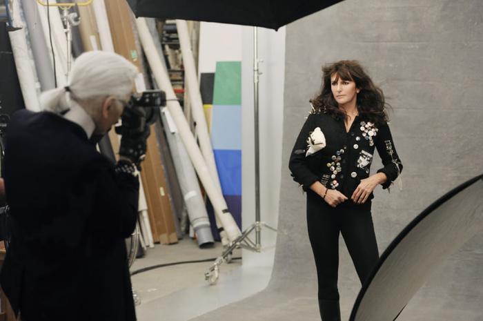 Cánh tay phải và cánh tay trái của ông hoàng Chanel- Karl Lagerfeld là ai? Ảnh 1