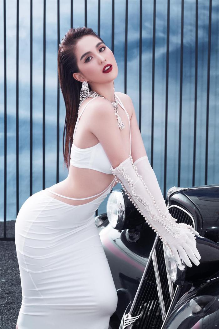 Ngọc Trinh 'đốt mắt thiên hạ' với loạt váy o ép vòng 1 bốc lửa trong bộ ảnh thời trang Ảnh 8