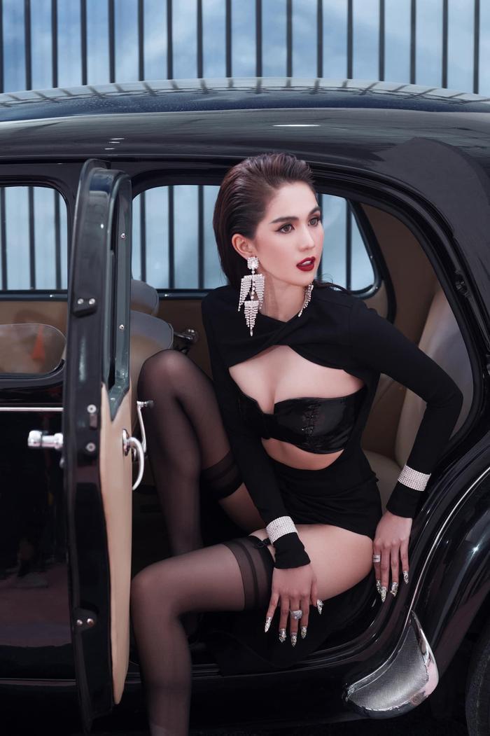 Ngọc Trinh 'đốt mắt thiên hạ' với loạt váy o ép vòng 1 bốc lửa trong bộ ảnh thời trang Ảnh 2