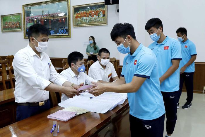 Các tuyển thủ Việt Nam háo hức, tự hào bỏ phiếu bầu cử tại trụ sở VFF Ảnh 2