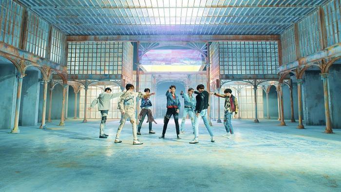 BTS 'thống trị' các bảng xếp hạng Hàn Quốc, trở thành nhóm nhạc nam K-Pop đầu tiên làm được điều này