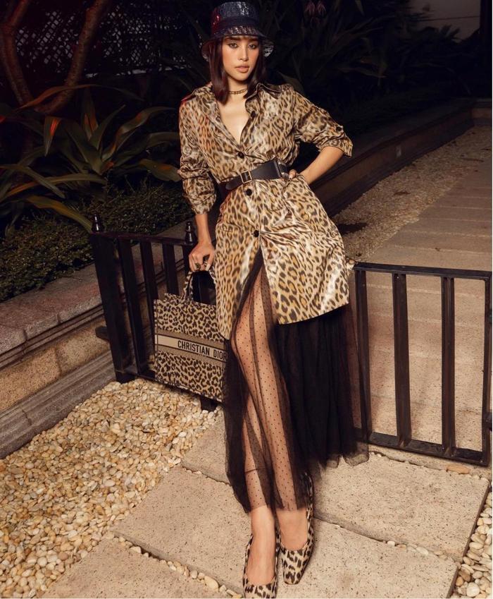 Hoa hậu Tiểu Vy diện đồ họa tiết da báo ăn đứt nàng thơ Dior Jisoo Black Pink Ảnh 1