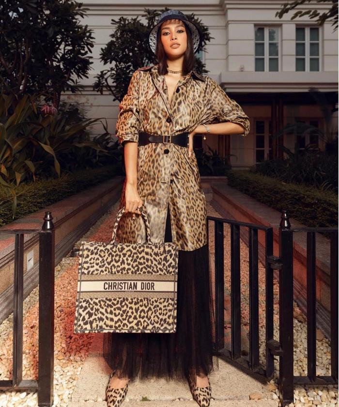 Hoa hậu Tiểu Vy diện đồ họa tiết da báo ăn đứt nàng thơ Dior Jisoo Black Pink Ảnh 3