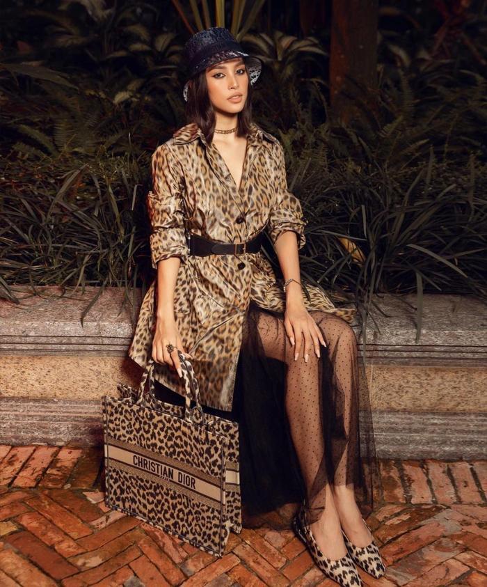 Hoa hậu Tiểu Vy diện đồ họa tiết da báo ăn đứt nàng thơ Dior Jisoo Black Pink Ảnh 4