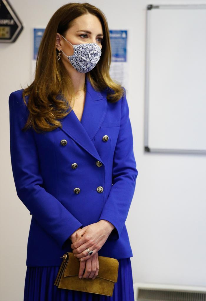 Công nương Kate tiếp tục diện cả set đồ xanh corban giống mẹ chồng Diana Ảnh 3