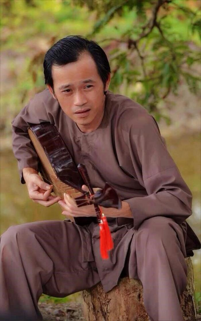 Hoài Linh trước nay toàn ăn diện giản dị, 'say nắng' với mỗi áo ba ba, áo dài Ảnh 1