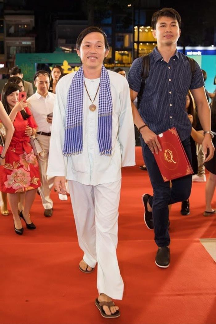 Hoài Linh trước nay toàn ăn diện giản dị, 'say nắng' với mỗi áo ba ba, áo dài Ảnh 5