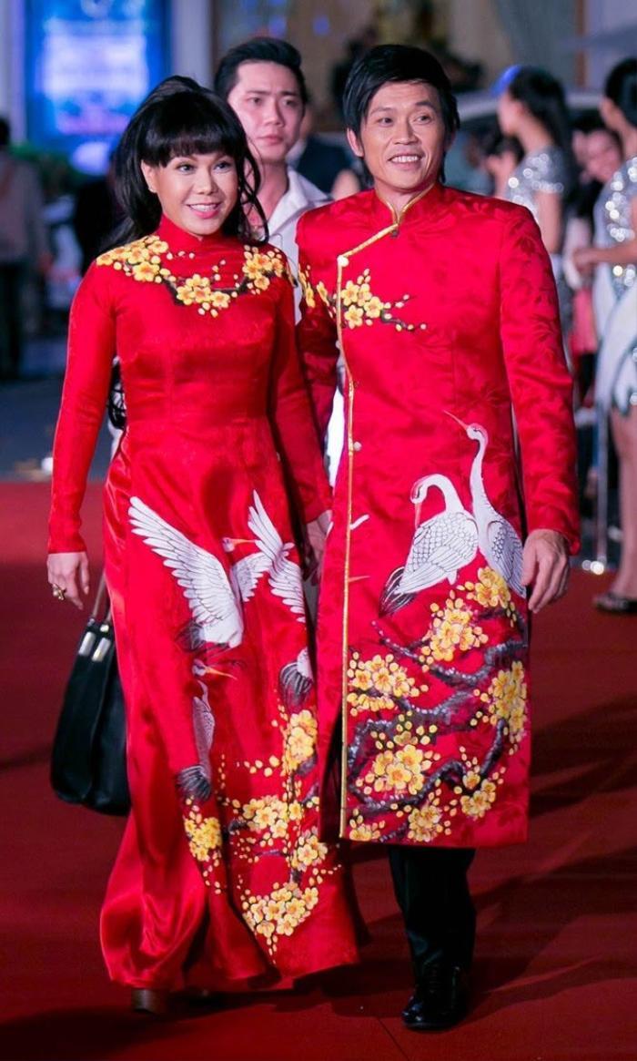 Hoài Linh trước nay toàn ăn diện giản dị, 'say nắng' với mỗi áo ba ba, áo dài Ảnh 6
