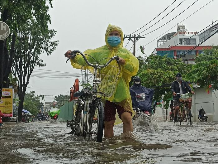 Mưa như trút nước suốt 5 giờ đồng hồ, người dân TP.HCM chật vật di chuyển vì nhiều nơi ngập sâu Ảnh 9