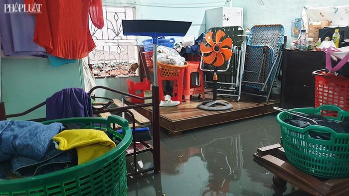 Mưa như trút nước suốt 5 giờ đồng hồ, người dân TP.HCM chật vật di chuyển vì nhiều nơi ngập sâu Ảnh 7