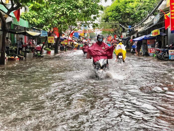 Mưa như trút nước suốt 5 giờ đồng hồ, người dân TP.HCM chật vật di chuyển vì nhiều nơi ngập sâu Ảnh 6