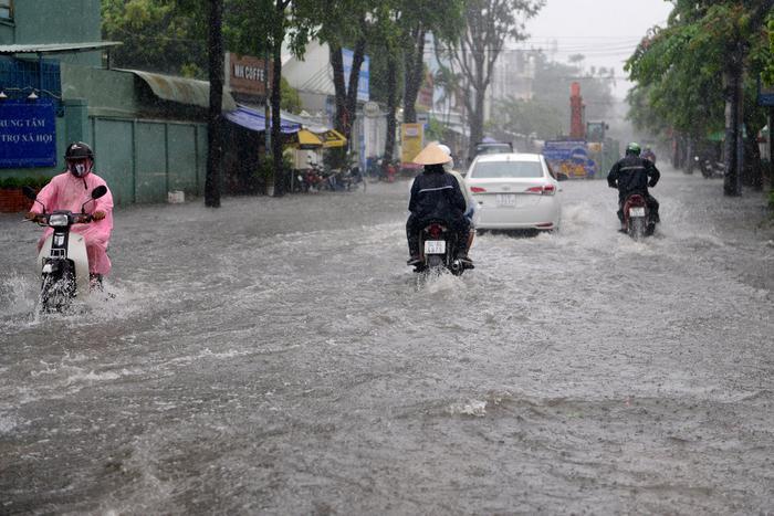 Mưa như trút nước suốt 5 giờ đồng hồ, người dân TP.HCM chật vật di chuyển vì nhiều nơi ngập sâu Ảnh 3