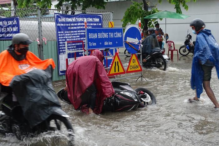 Mưa như trút nước suốt 5 giờ đồng hồ, người dân TP.HCM chật vật di chuyển vì nhiều nơi ngập sâu Ảnh 10
