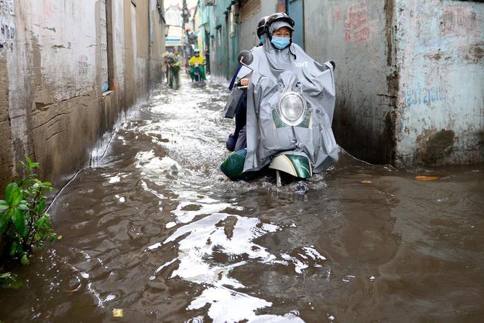 Mưa như trút nước suốt 5 giờ đồng hồ, người dân TP.HCM chật vật di chuyển vì nhiều nơi ngập sâu Ảnh 4