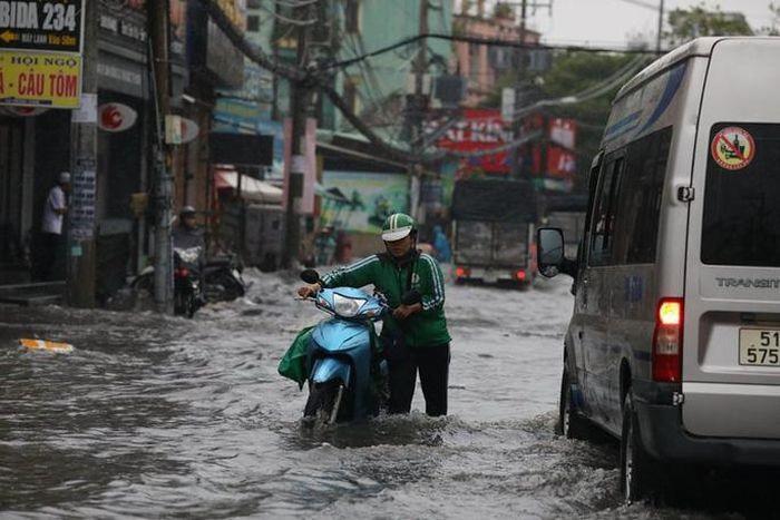 Mưa như trút nước suốt 5 giờ đồng hồ, người dân TP.HCM chật vật di chuyển vì nhiều nơi ngập sâu Ảnh 1