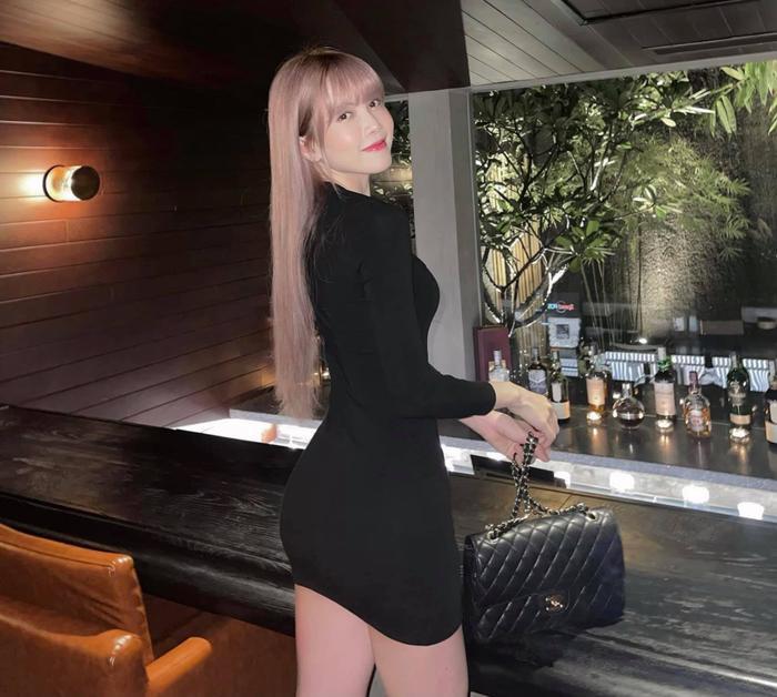 Thiều Bảo Trâm diện váy đen ngắn cũn cỡn khoe khéo vòng 3 hút mắt Ảnh 1
