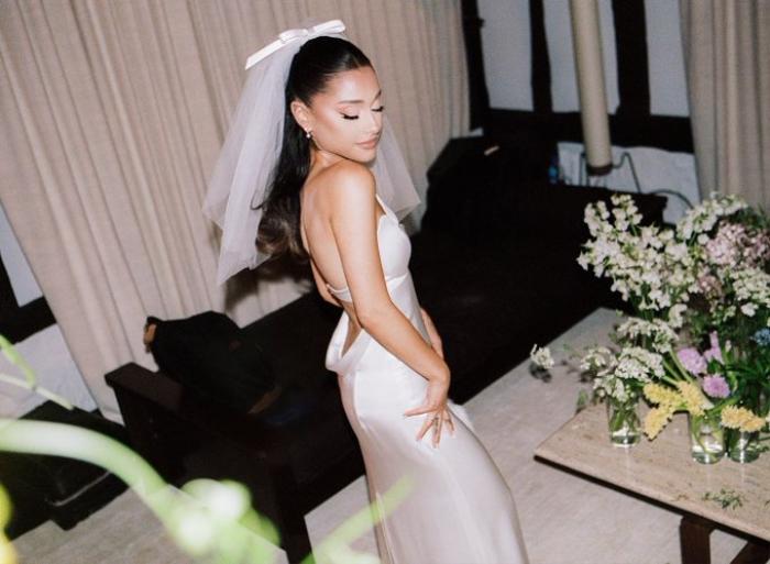 Ariana Grande diện váy cưới Vera Wang với cảm hứng giống minh tinh Audrey Hepburn Ảnh 1