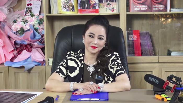 Livestream của bà Phương Hằng hot đến nỗi lọt Top Trending YouTube, nhưng lại có gì đó sai sai Ảnh 4