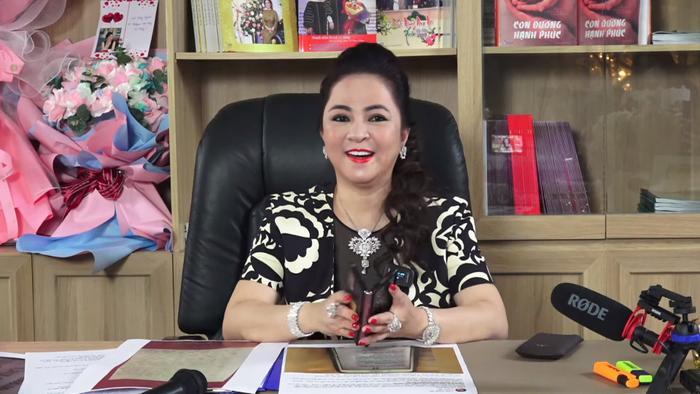 Livestream của bà Phương Hằng hot đến nỗi lọt Top Trending YouTube, nhưng lại có gì đó sai sai Ảnh 1