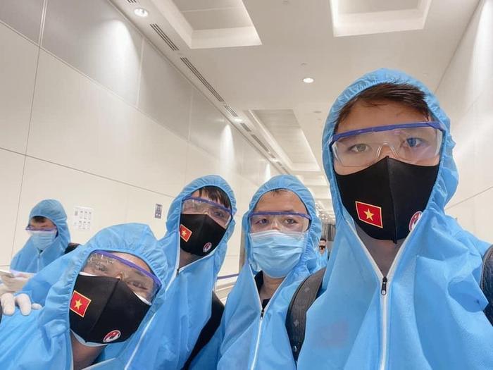 Tuyển thủ Việt Nam mặc đồ bảo hộ kín mít, hào hứng check-in khi đặt chân đến UAE Ảnh 1