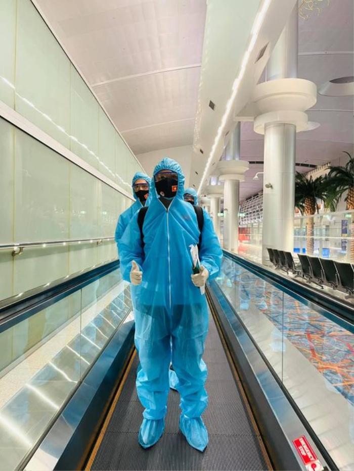 Tuyển thủ Việt Nam mặc đồ bảo hộ kín mít, hào hứng check-in khi đặt chân đến UAE Ảnh 2