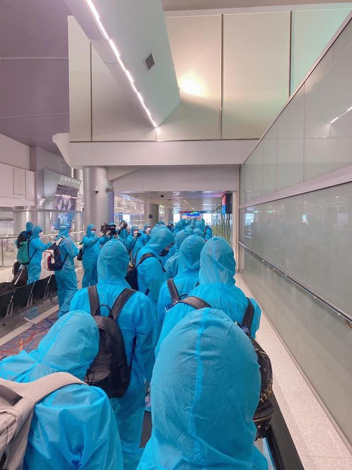 Tuyển thủ Việt Nam mặc đồ bảo hộ kín mít, hào hứng check-in khi đặt chân đến UAE Ảnh 4