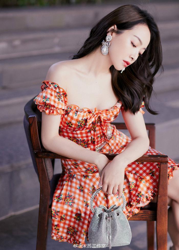 Tống Thiến lại bị chê 'cưa sừng làm nghé' diện váy nhí nhảnh đến sự kiện thời trang Ảnh 2