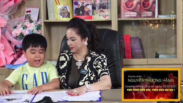 Con trai bà Phương Hằng đích thị là YouTuber nhỏ tuổi nổi tiếng nhanh nhất Việt Nam Ảnh 3