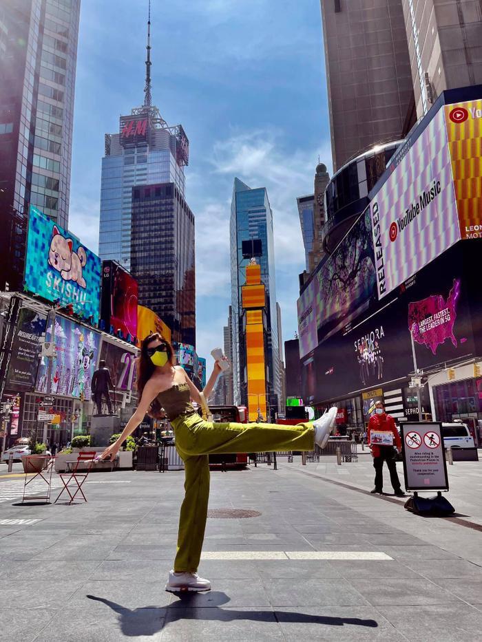 Hoa hậu Khánh Vân với streetstyle giản dị nhưng vẫn sáng bừng đường phố New York Ảnh 2